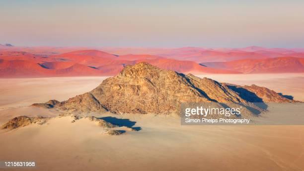 desert mountain, sossusvlei, namibia - セスリエム ストックフォトと画像