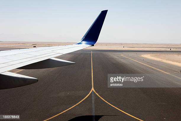desert runway - taxiing stock pictures, royalty-free photos & images
