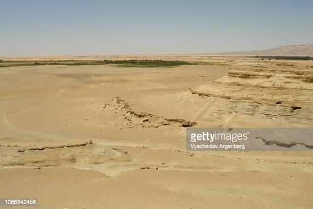 desert sand plains, ridges, and depressions near dakhla oasis, egypt - argenberg imagens e fotografias de stock