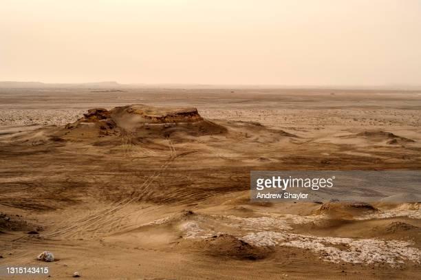 wüstenszene, süd-bahrain. - bahrain stock-fotos und bilder