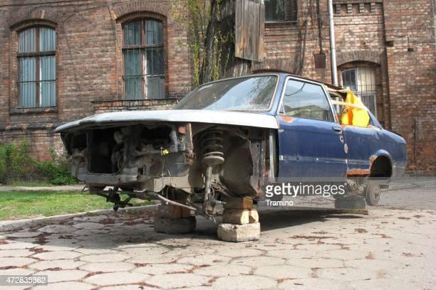 einsames und vernichtung beendet auto auf der straße - bmw stock-fotos und bilder