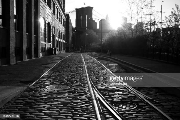 Ses Pont de Brooklyn, au bord de l'eau au coucher du soleil, Monochrome