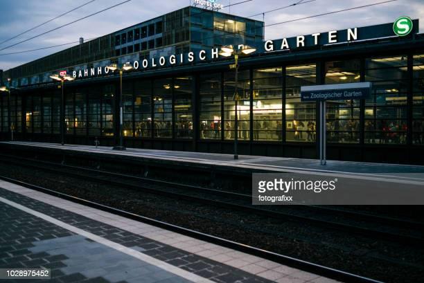 """deserted platform """"bahnhof zoologischer garten"""" at dusk - berlin zoo stock pictures, royalty-free photos & images"""