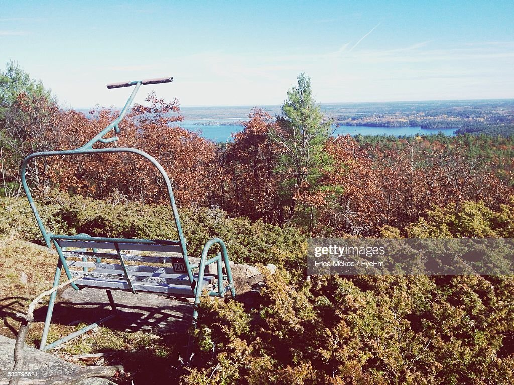 Deserted Ski Lift Chair In Forest : Foto stock