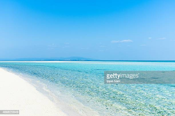 deserted white sand tropical beach, clear blue sea - 沖縄県 ストックフォトと画像