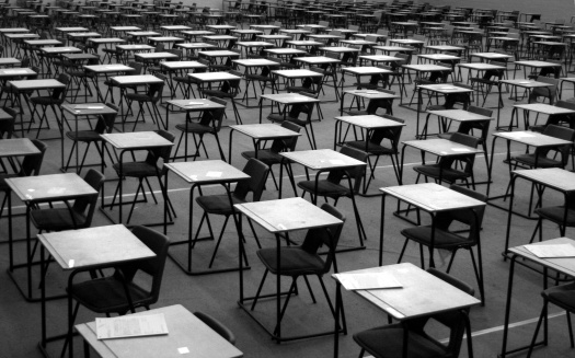 Desgiau arholiad / Exam desks - gettyimageskorea