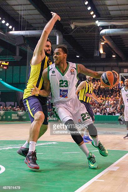 Deshaun Thomas of JSF Nanterre tries to get to the basket against Linas Kleiza of Fenerbahce Ulker Istanbul during the game between JSF Nanterre and...