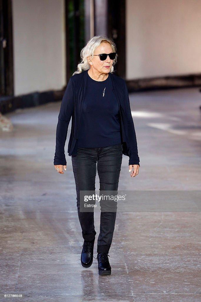 Agnes B : Runway - Paris Fashion Week Womenswear Spring/Summer 2017