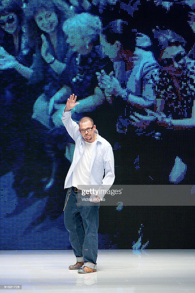 Alexander McQueen - Paris Fashion Week Spring/Summer 2010 : News Photo