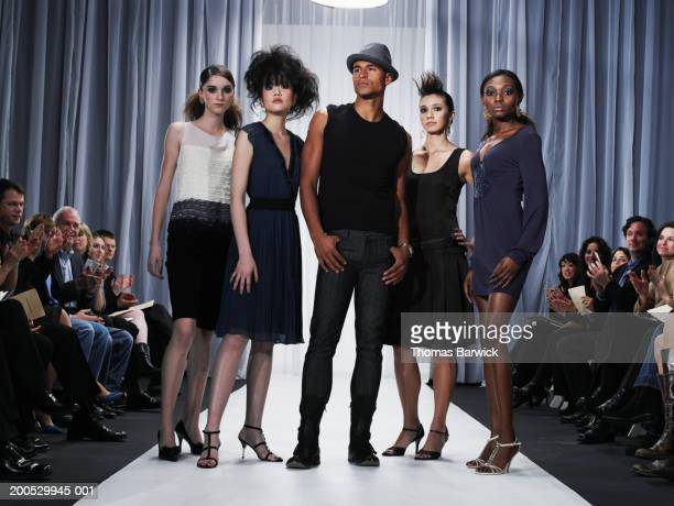 designer and female models standing on catwalk - desfile de moda imagens e fotografias de stock