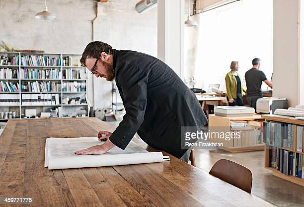designer checks architectural plans - designer einrichtung stock-fotos und bilder