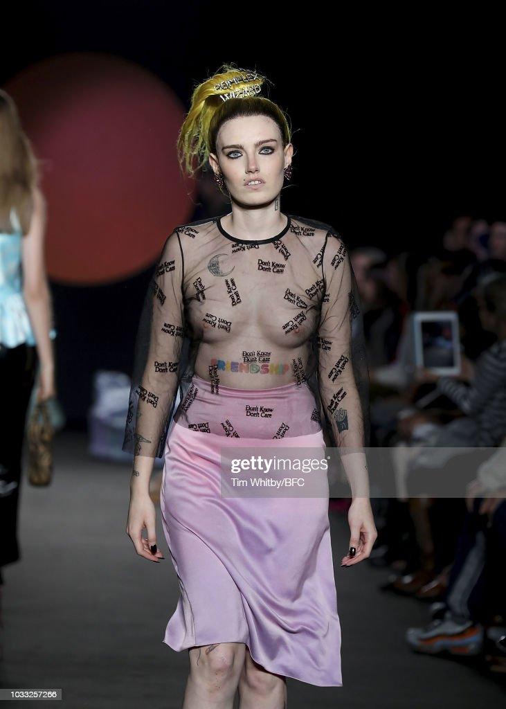 Ashley Williams - Runway - LFW September 2018 : News Photo