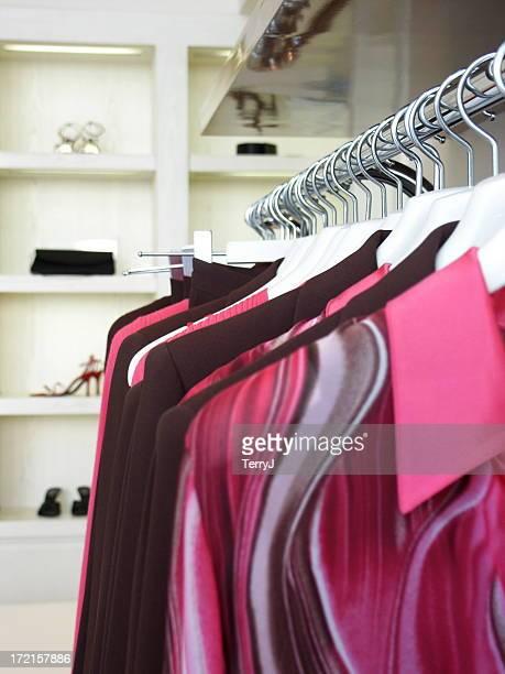 Designer-Kleidung hängen auf einem Ständer im Store