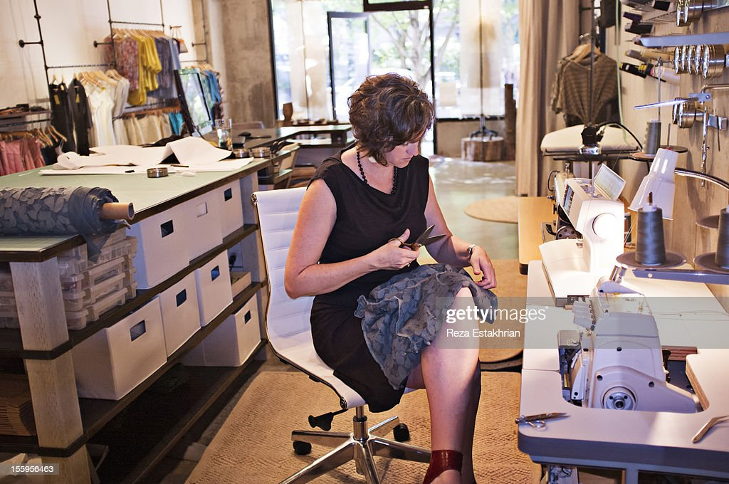 Designer finishes a garment : Stockfoto