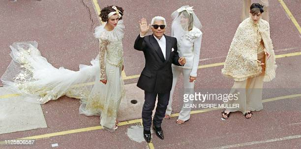 Designer Karl Lagerfeld acknowledges the audience after his show for Chanel 10 July 2001 at a school recreation court in Paris during the...