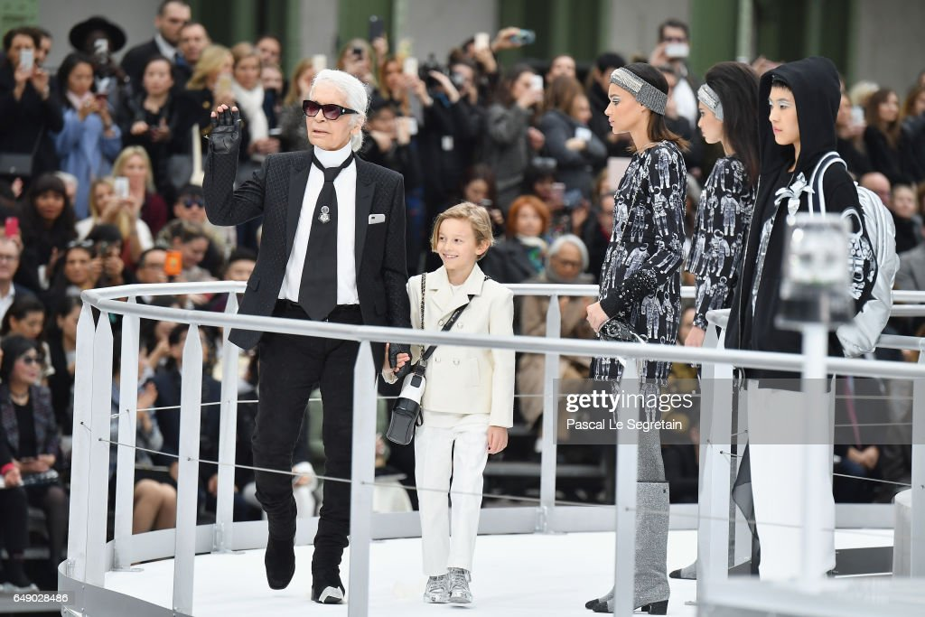 Chanel : Runway - Paris Fashion Week Womenswear Fall/Winter 2017/2018 : News Photo
