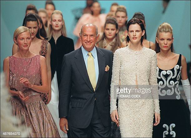 US designer Oscar de la Renta and his models acknowledge the audience after his show for Pierre Balmain during the AutumnWinter 1999/2000 haute...