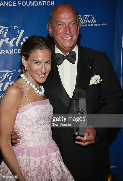 Designer Oscar de La Renta poses with presenter/actress Sarah Jessica Parker in the pressroom at the 32nd Annual Fragrance Foundation's FiFi Awards...