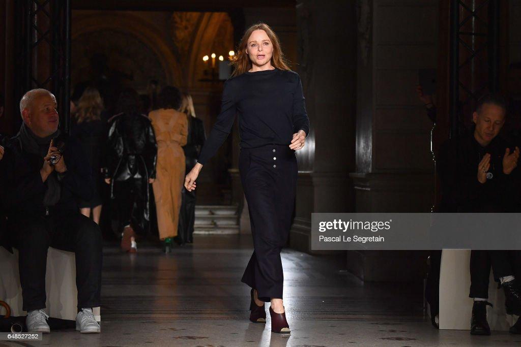 Stella McCartney : Runway - Paris Fashion Week Womenswear Fall/Winter 2017/2018 : News Photo