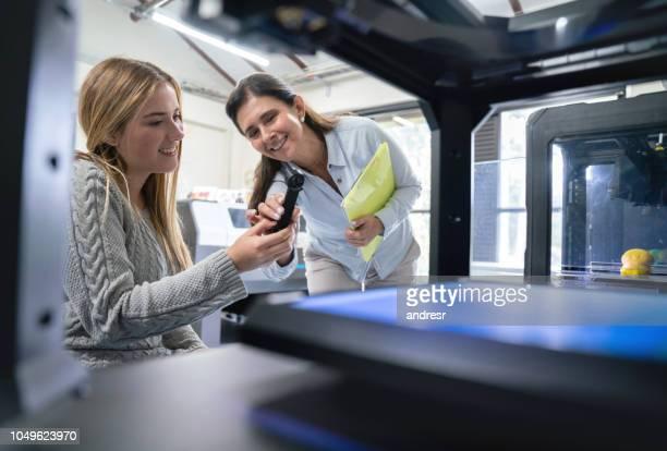 designer étudiant à l'aide d'une imprimante 3d au collège - métier du design photos et images de collection