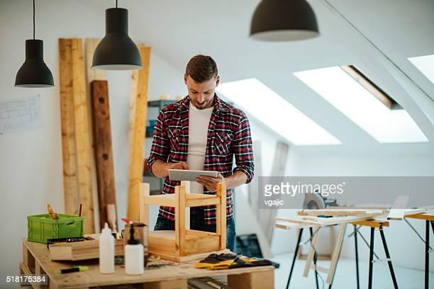 Designer mit Digitaltablett In der Möbel-Workshop.