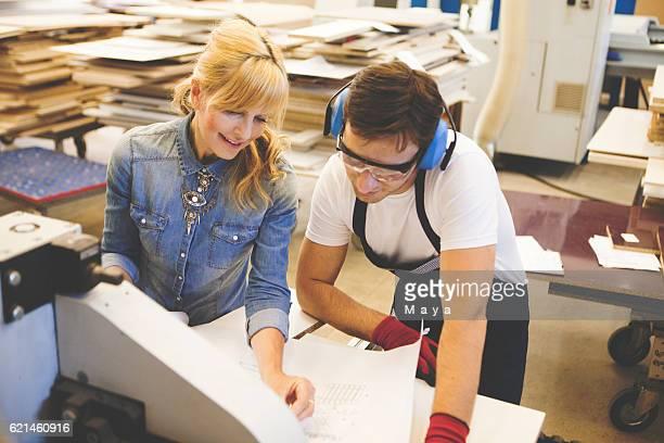 Entwerfer mit Arbeiter in der Möbel-workshop