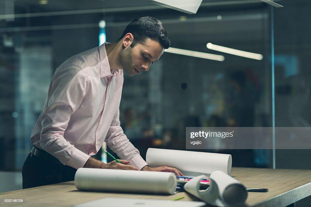 Designer al lavoro nel suo ufficio. : Foto stock