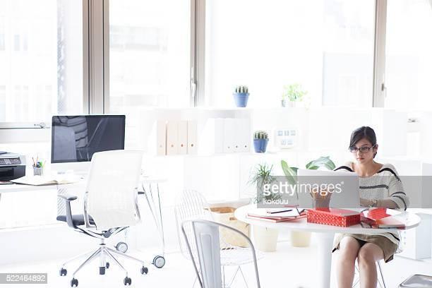 Concepteurs utilisent un ordinateur portable dans le bureau