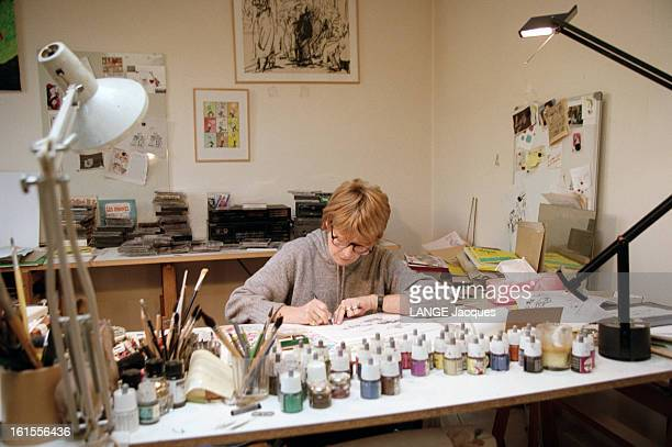 Designers Claire Bretecher And Rene Petillon la dessinatrice Claire BRETECHER un feutre à la main assise à sa table de dessin