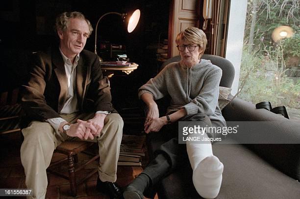 Designers Claire Bretecher And Rene Petillon Le dessinateur René PETILLON assis près de Claire BRETECHER dessinatrice assise sur un canapé avec une...