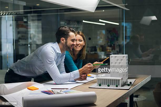 Designer Prüfung Architekturmodell im Büro.