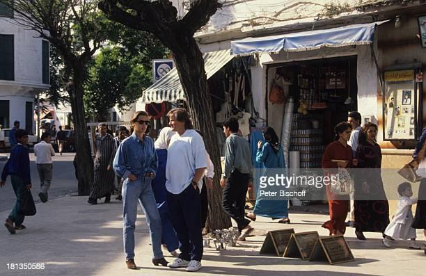 Desiree Nosbusch, Lebensgefährte Georg Bossert, Passanten, Tanger, Marokko, , Brille, Sonnenbrille, Uhr, Armbanduhr, Jeans, Jeans-Hemd, Urlaub,...