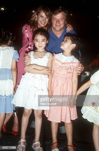 Desiree Nosbusch und Lebensgefährte Georg Bossert mit chinesischen Kindern am Rande der Dreharbeiten der TVShow Heute abend in Beijing am in Peking...