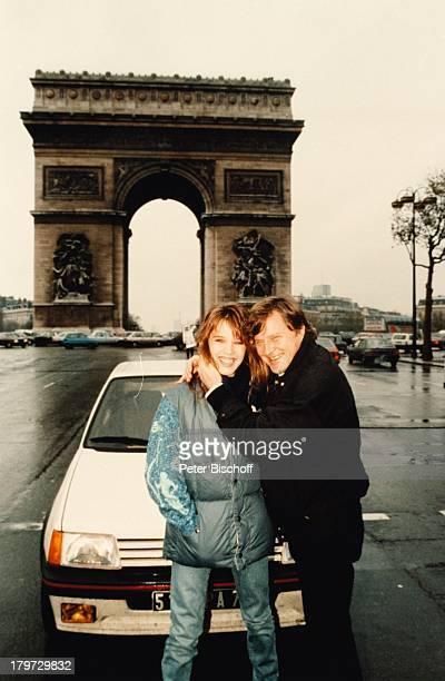 Desiree Nosbusch und Lebensgefährte Georg Bossert Paris Frankreich Europa privat Urlaub Auto L' Arc de Triumphe Regen Freund Partner Moderatorin...