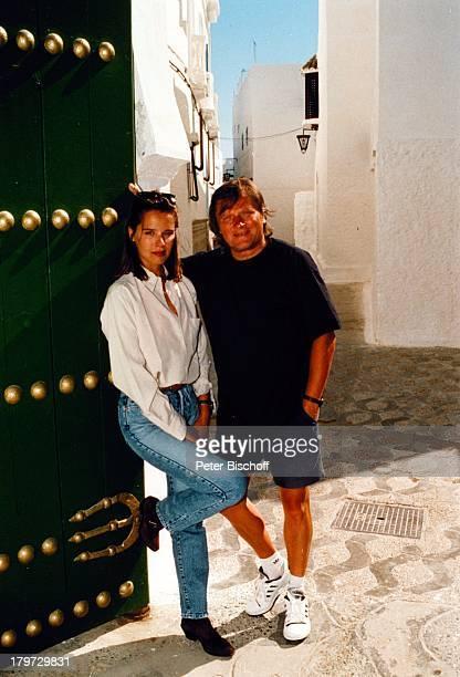 Desiree Nosbusch und Lebensgefährte Georg Bossert Tanger Marokko Afrika Juni 1990 Urlaub privat Hof Tor Jeans Partner Freund Moderatorin Schauspieler...