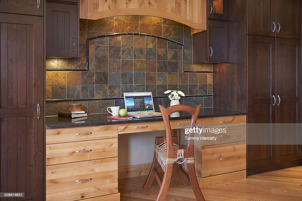 Desk in chalet : Bildbanksbilder