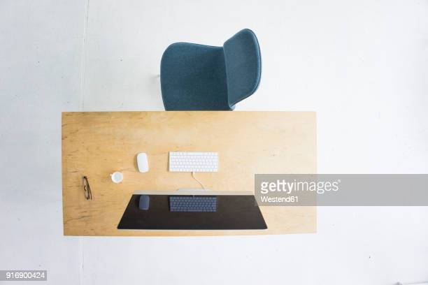 desk in office seen from above - office chair stock pictures, royalty-free photos & images