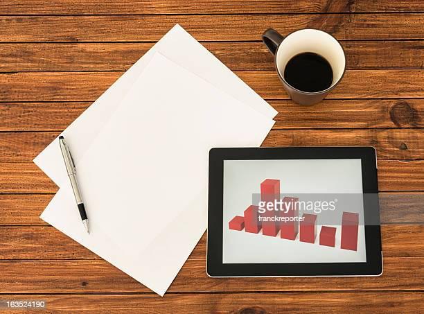 Scrivania con grafico sulla tavoletta digitale finanziario