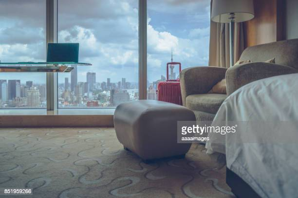 desk with laptop in front of shanghai city skyline - front view photos et images de collection