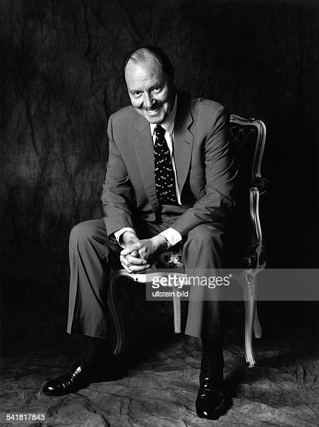 Desny Ivan *Schauspieler Frankreich Ganzkoerperaufnahme in einem Stuhl sitzend 1992Werblicheundverfremdende