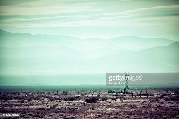desolate, desert landscape with old windmill - robb reece 個照片及圖片檔