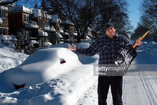 Desperate 男性、ブロークンシャベルた巨大な雪と風
