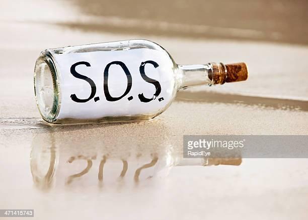 desperate メッセージ、ウォッシュ加工のボトルと sos - sos ストックフォトと画像