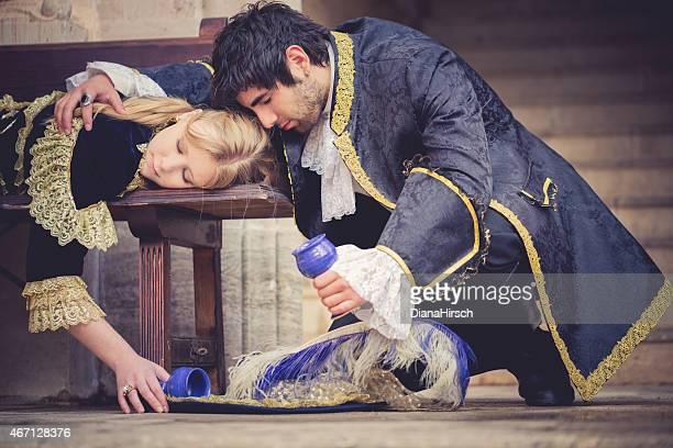Disperato romeo e Giulietta bere il veleno