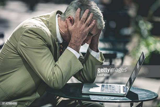 Ein verzweifelter senior business Mann