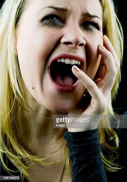 泣く絶望-悲しげな女性