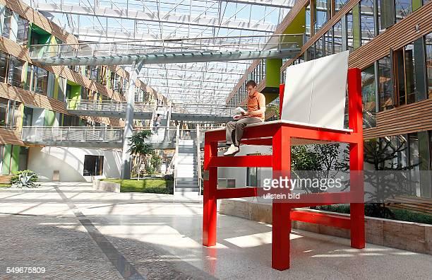 Dessau Umwelbundesamt Nachbau des Kinderstuhls ti 3a von Marcel Breuer aus dem Jahre 1923 in überdimensionaler Größe auf dem Stuhl sitzt ein...