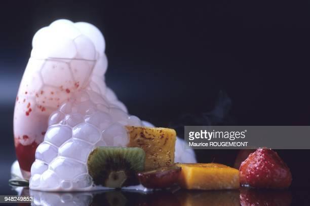 Dessert à base de fruits sur lesquels on verse une crème de fraises à l'azote liquide