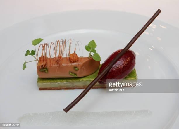 Dessert von Cassis gruenem Kardamom und Cox Orange von Sternekoch Michael Kempf