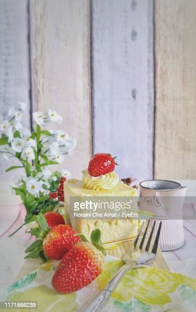 dessert with strawberries on table - frische stockfoto's en -beelden